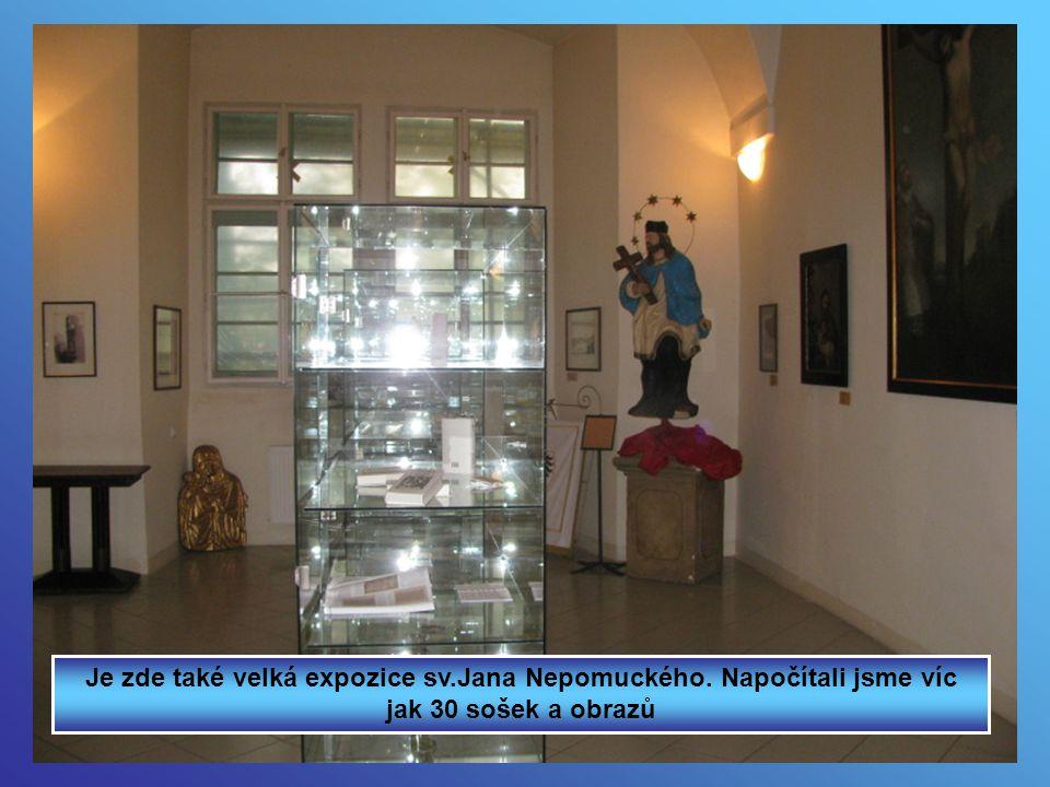 Je zde také velká expozice sv.Jana Nepomuckého. Napočítali jsme víc jak 30 sošek a obrazů