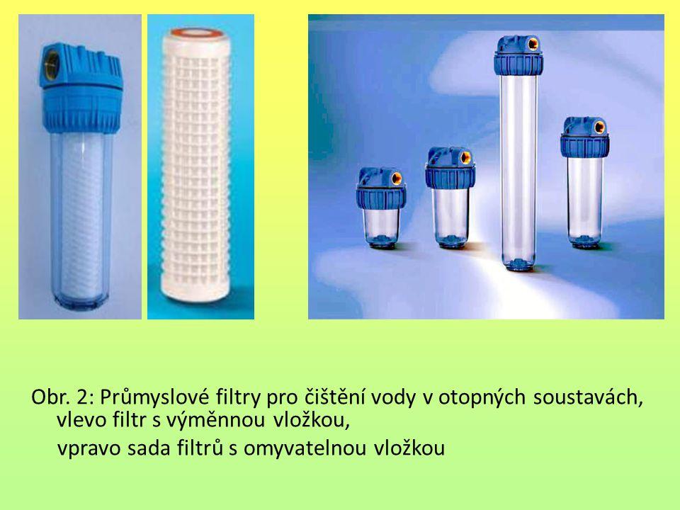 Obr. 2: Průmyslové filtry pro čištění vody v otopných soustavách, vlevo filtr s výměnnou vložkou, vpravo sada filtrů s omyvatelnou vložkou