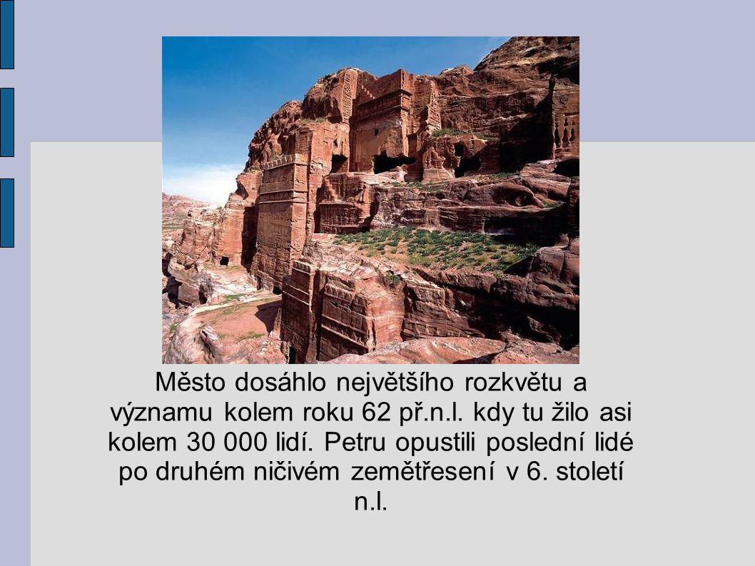Město dosáhlo největšího rozkvětu a významu kolem roku 62 př.n.l. kdy tu žilo asi kolem 30 000 lidí. Petru opustili poslední lidé po druhém ničivém ze
