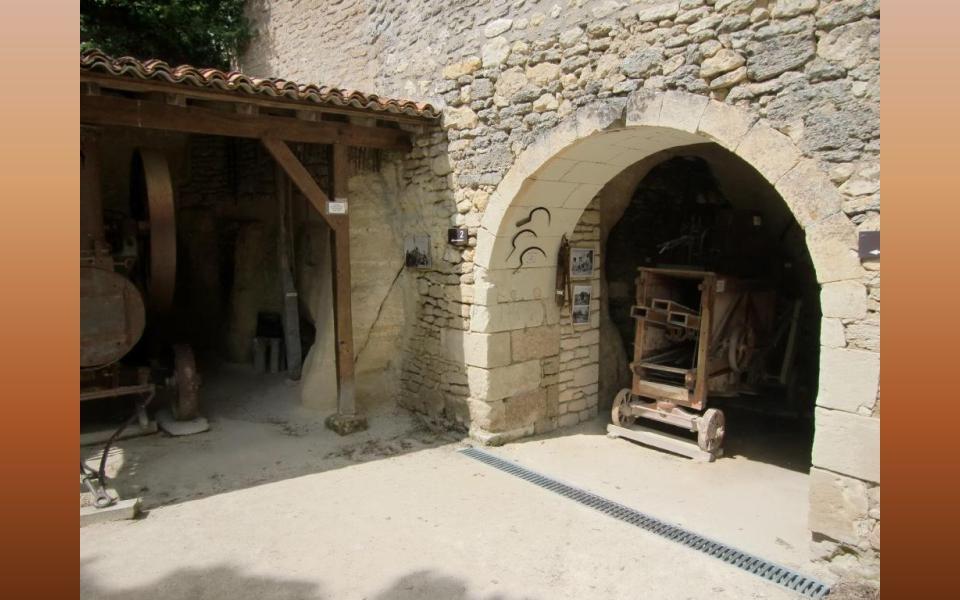 Dnes se v nich už většinou nebydlí, využívají se pro pěstování hub, ke skladování vína a samozřejmě jako turistická zajímavost.
