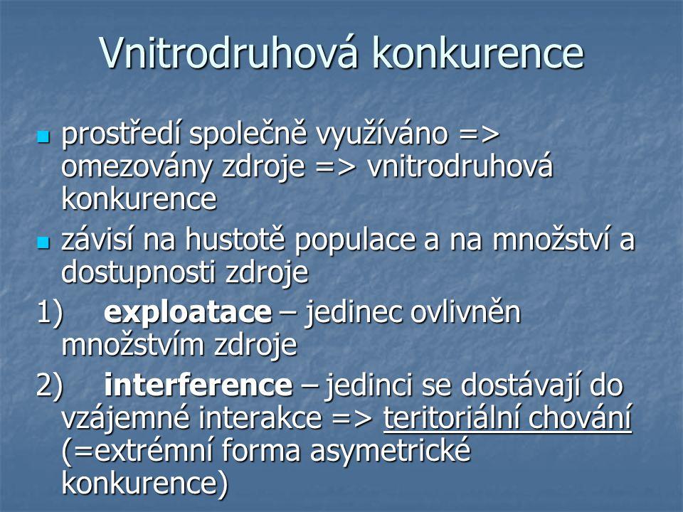 Vnitrodruhová konkurence prostředí společně využíváno => omezovány zdroje => vnitrodruhová konkurence prostředí společně využíváno => omezovány zdroje => vnitrodruhová konkurence závisí na hustotě populace a na množství a dostupnosti zdroje závisí na hustotě populace a na množství a dostupnosti zdroje 1)exploatace – jedinec ovlivněn množstvím zdroje 2)interference – jedinci se dostávají do vzájemné interakce => teritoriální chování (=extrémní forma asymetrické konkurence)