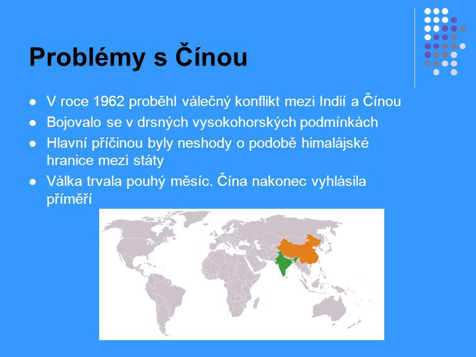 Problémy s Čínou V roce 1962 proběhl válečný konflikt mezi Indií a Čínou Bojovalo se v drsných vysokohorských podmínkách Hlavní příčinou byly neshody