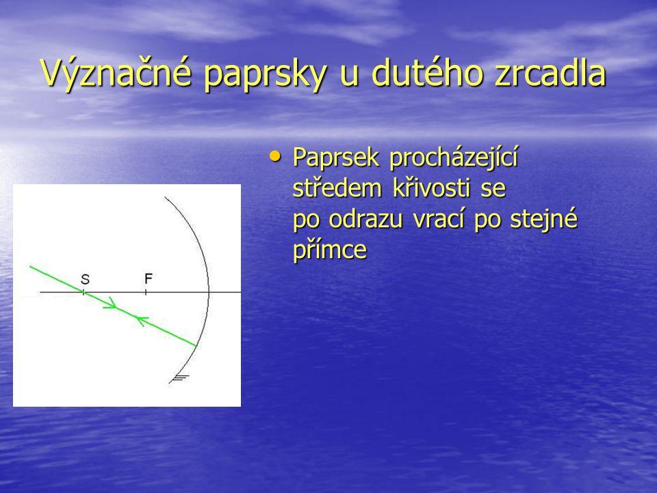 Význačné paprsky u dutého zrcadla Paprsek procházející středem křivosti se po odrazu vrací po stejné přímce Paprsek procházející středem křivosti se p