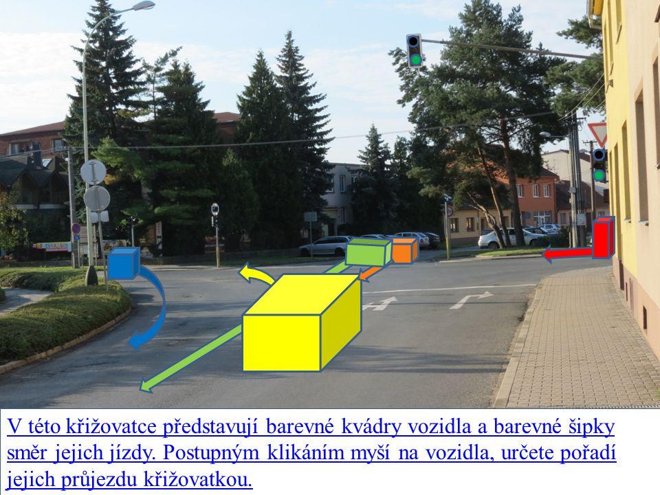 V této křižovatce představují barevné kvádry vozidla a barevné šipky směr jejich jízdy.