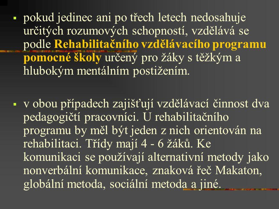  pokud jedinec ani po třech letech nedosahuje určitých rozumových schopností, vzdělává se podle Rehabilitačního vzdělávacího programu pomocné školy určený pro žáky s těžkým a hlubokým mentálním postižením.