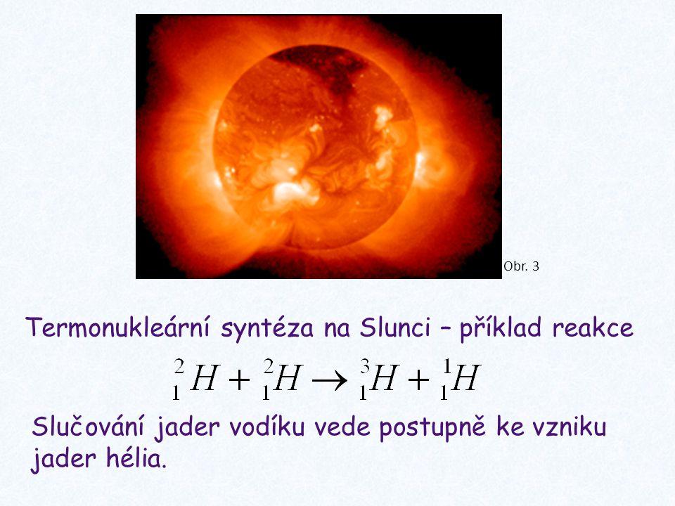 Termonukleární syntéza na Slunci – příklad reakce Slučování jader vodíku vede postupně ke vzniku jader hélia.