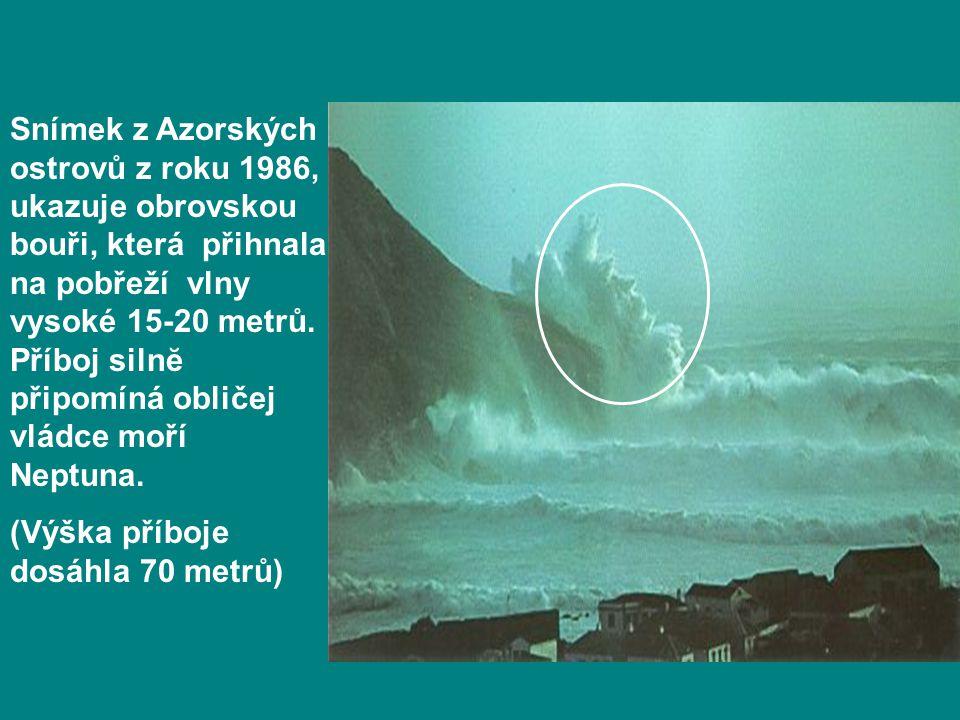 Snímek z Azorských ostrovů z roku 1986, ukazuje obrovskou bouři, která přihnala na pobřeží vlny vysoké 15-20 metrů. Příboj silnĕ připomíná obličej vlá