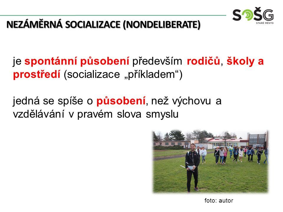 """NEZÁMĚRNÁ SOCIALIZACE (NONDELIBERATE) je spontánní působení především rodičů, školy a prostředí (socializace """"příkladem"""") jedná se spíše o působení, n"""