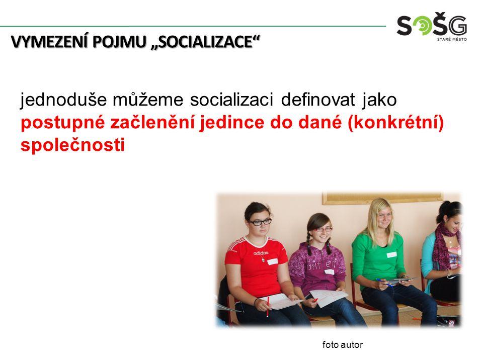 """VYMEZENÍ POJMU """"SOCIALIZACE"""" foto autor jednoduše můžeme socializaci definovat jako postupné začlenění jedince do dané (konkrétní) společnosti"""
