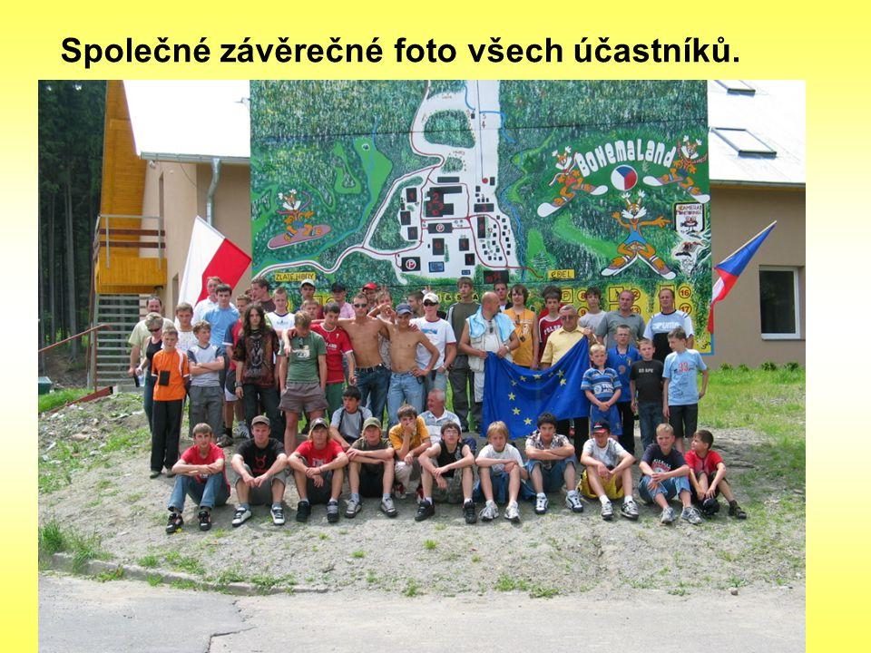 Společné závěrečné foto všech účastníků.