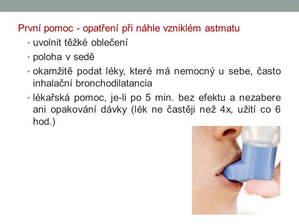 První pomoc - opatření při náhle vzniklém astmatu uvolnit těžké oblečení poloha v sedě okamžitě podat léky, které má nemocný u sebe, často inhalační bronchodilatancia lékařská pomoc, je-li po 5 min.