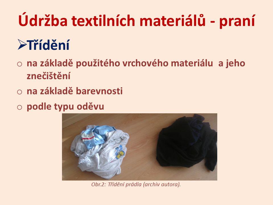 Údržba textilních materiálů - praní  Namáčení o působením namáčecího prostředku ve vodní lázni se odstraní největší nečistota o nejčastěji namáčíme tmavé, silně znečištěné prádlo o čas namáčení prádla – nejlépe přes noc o předpírací program u automatických praček [1]