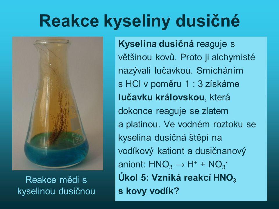 Reakce kyseliny dusičné Kyselina dusičná reaguje s většinou kovů. Proto ji alchymisté nazývali lučavkou. Smícháním s HCl v poměru 1 : 3 získáme lučavk