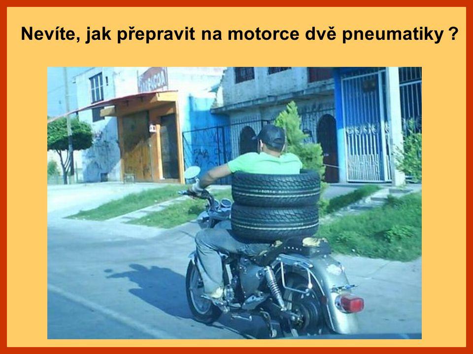 Nevíte, jak přepravit na motorce dvě pneumatiky