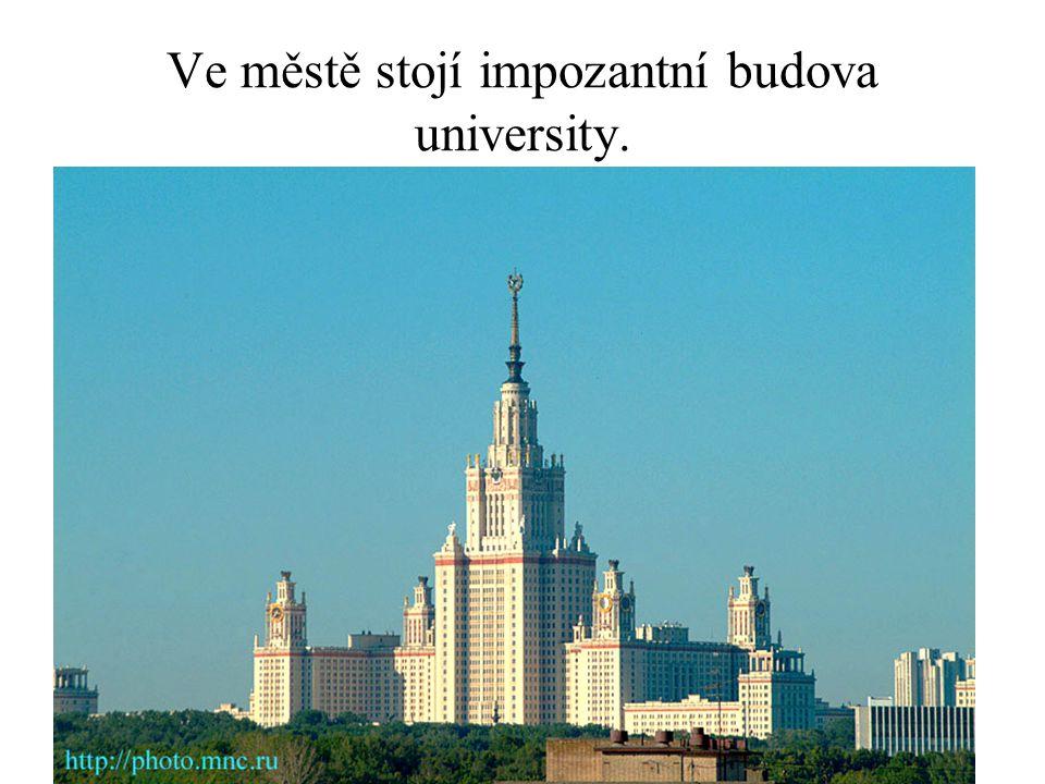 Ve městě stojí impozantní budova university.