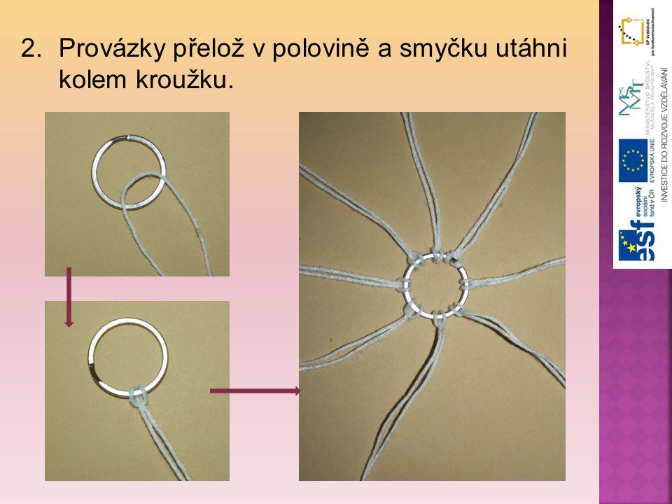 2.Provázky přelož v polovině a smyčku utáhni kolem kroužku.