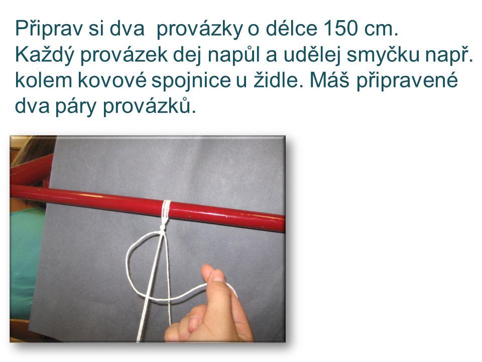 Připrav si dva provázky o délce 150 cm. Každý provázek dej napůl a udělej smyčku např. kolem kovové spojnice u židle. Máš připravené dva páry provázků