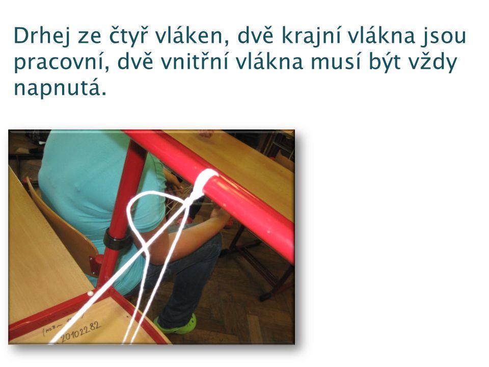 Drhej ze čtyř vláken, dvě krajní vlákna jsou pracovní, dvě vnitřní vlákna musí být vždy napnutá.