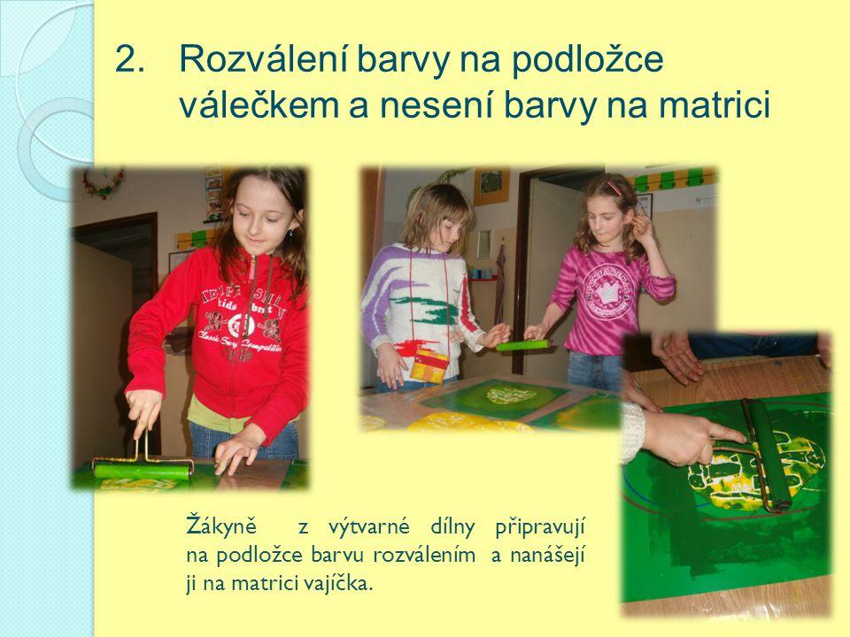 2. Rozválení barvy na podložce válečkem a nesení barvy na matrici Žákyně z výtvarné dílny připravují na podložce barvu rozválením a nanášejí ji na mat