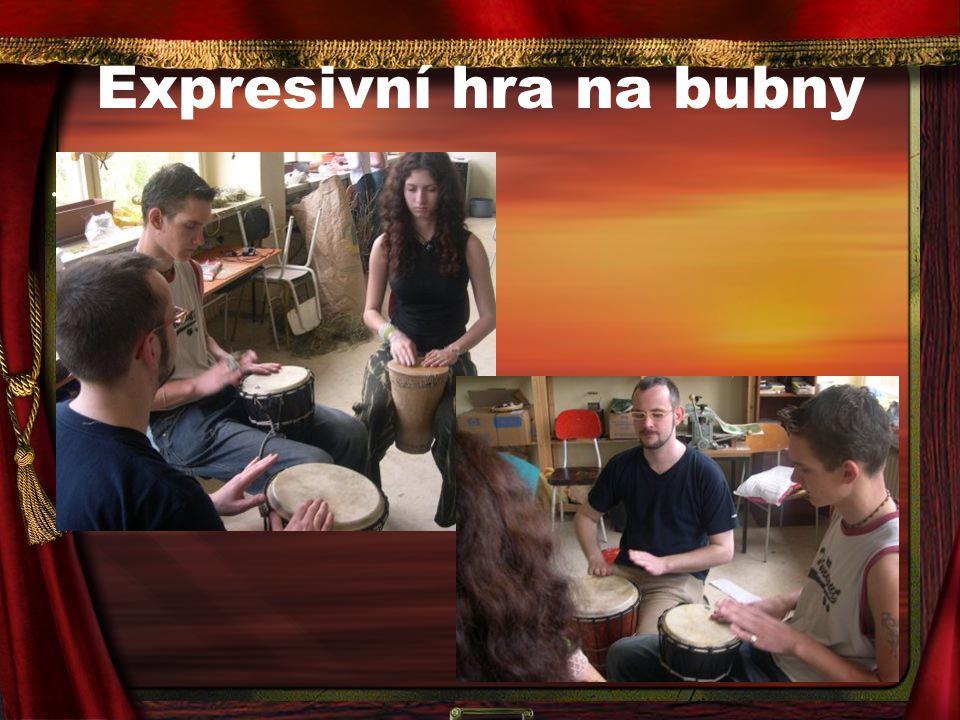 Expresivní hra na bubny.