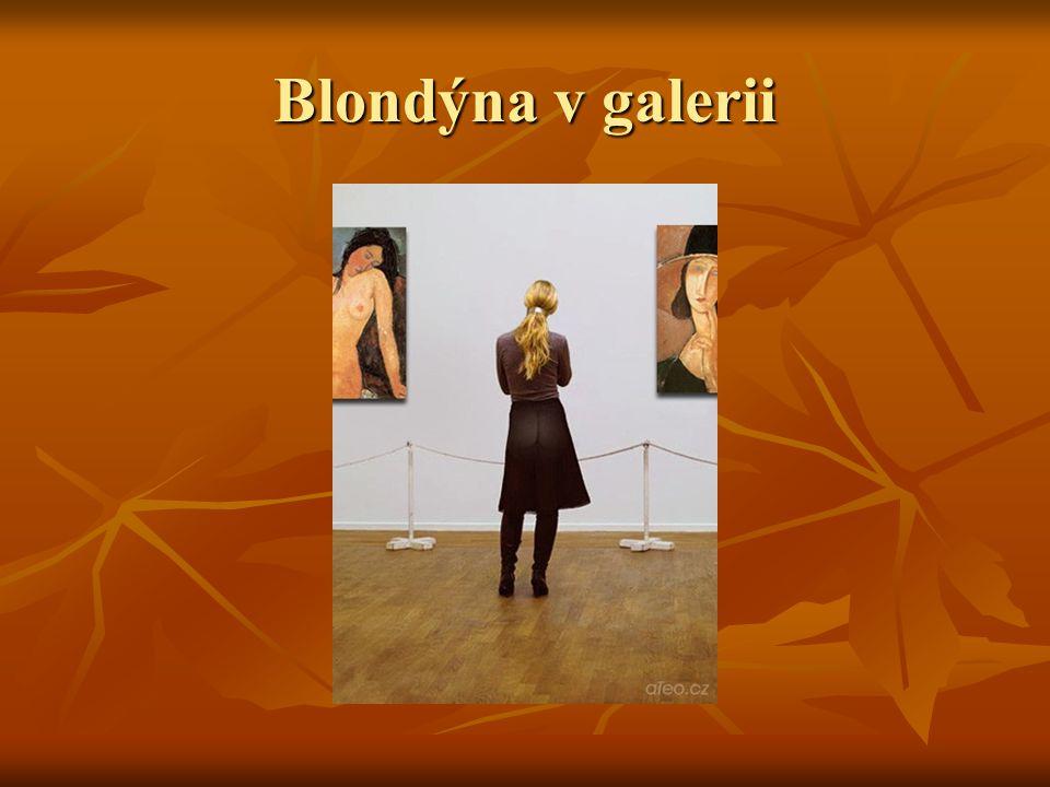 Blondýna v galerii