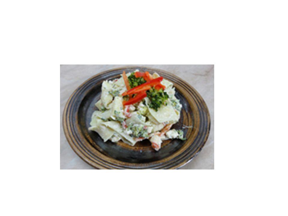 Saláty dělíme podle náročnosti přípravy a druhu použitých surovin Jednoduché saláty (hlávkový, okurkový, tomatový atd..) Složité saláty (bramborový, pikantní, rybí atd..) Jedno druhové a více druhové Saláty mohou být ze syrové, nebo z tepelně upravené zeleniny