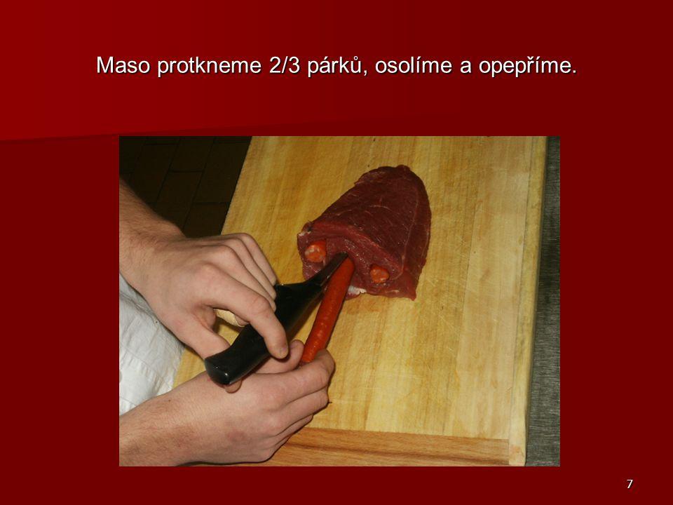 8 Drobně nakrájenou cibuli osmahneme na tuku dorůžova, vložíme maso a opečeme.