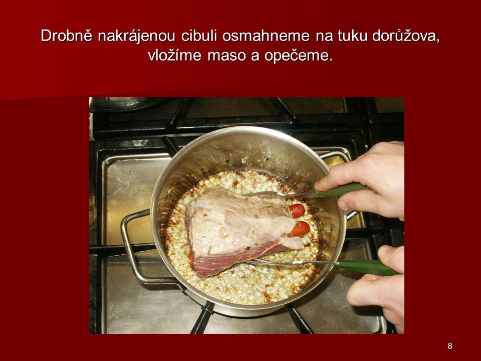 9 Přidáme papriku, krátce zpěníme a zalijeme trochou vody.