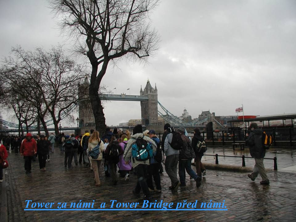 Tower za námi a Tower Bridge před námi.