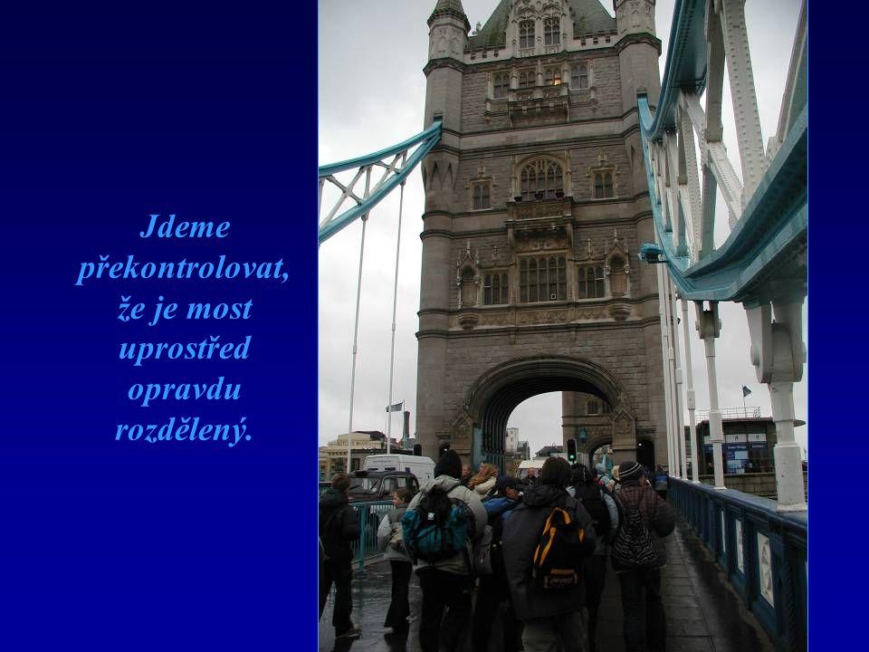 Jdeme překontrolovat, že je most uprostřed opravdu rozdělený.
