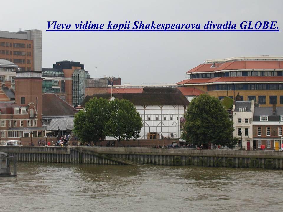Vlevo vidíme kopii Shakespearova divadla GLOBE.