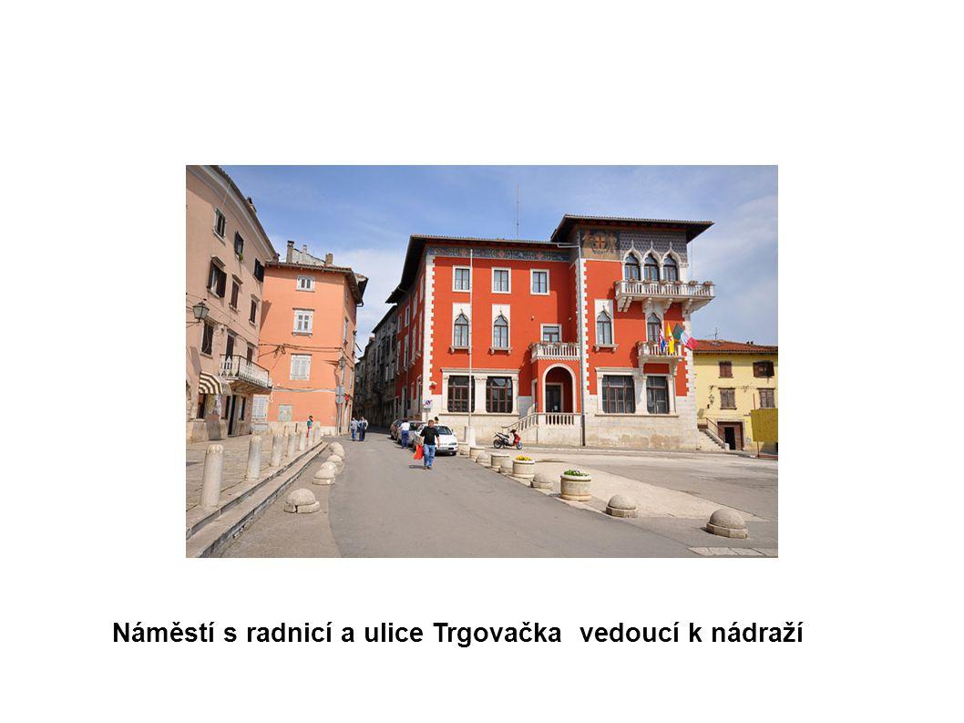 Náměstí s radnicí a ulice Trgovačka vedoucí k nádraží