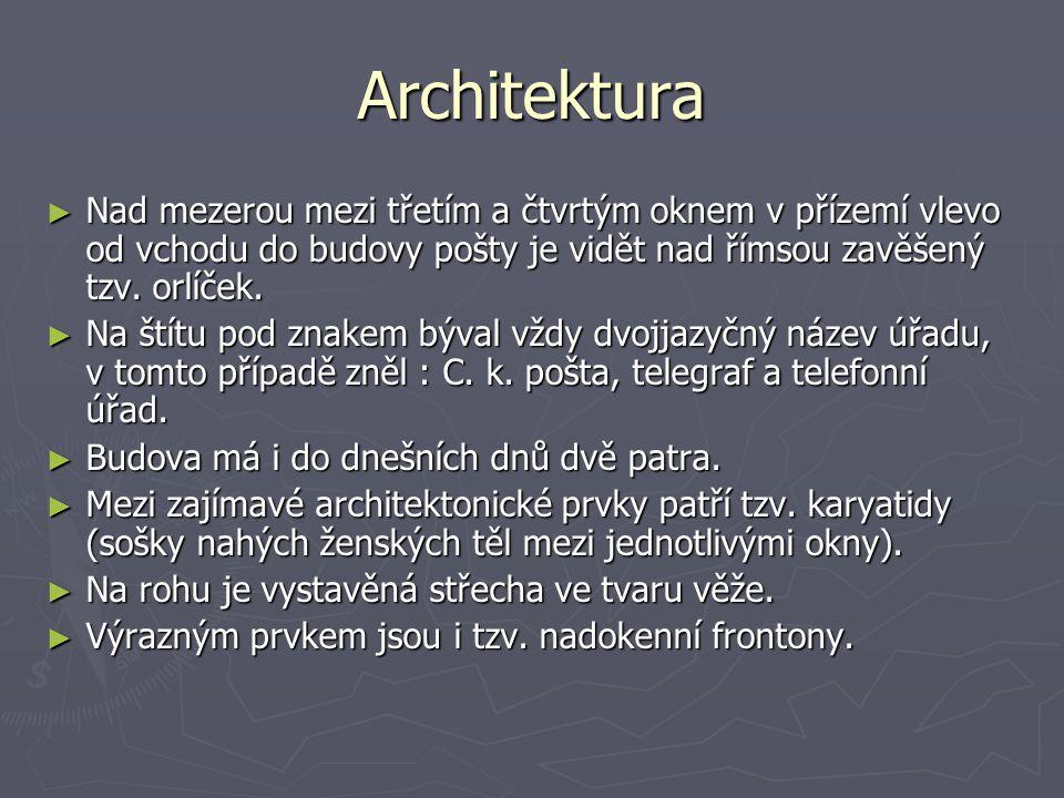 Architektura ► Nad mezerou mezi třetím a čtvrtým oknem v přízemí vlevo od vchodu do budovy pošty je vidět nad římsou zavěšený tzv.