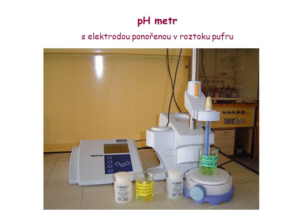 pH metr s elektrodou ponořenou v roztoku pufru