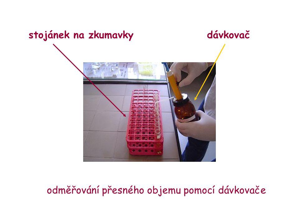 odměřování přesného objemu pomocí dávkovače dávkovačstojánek na zkumavky