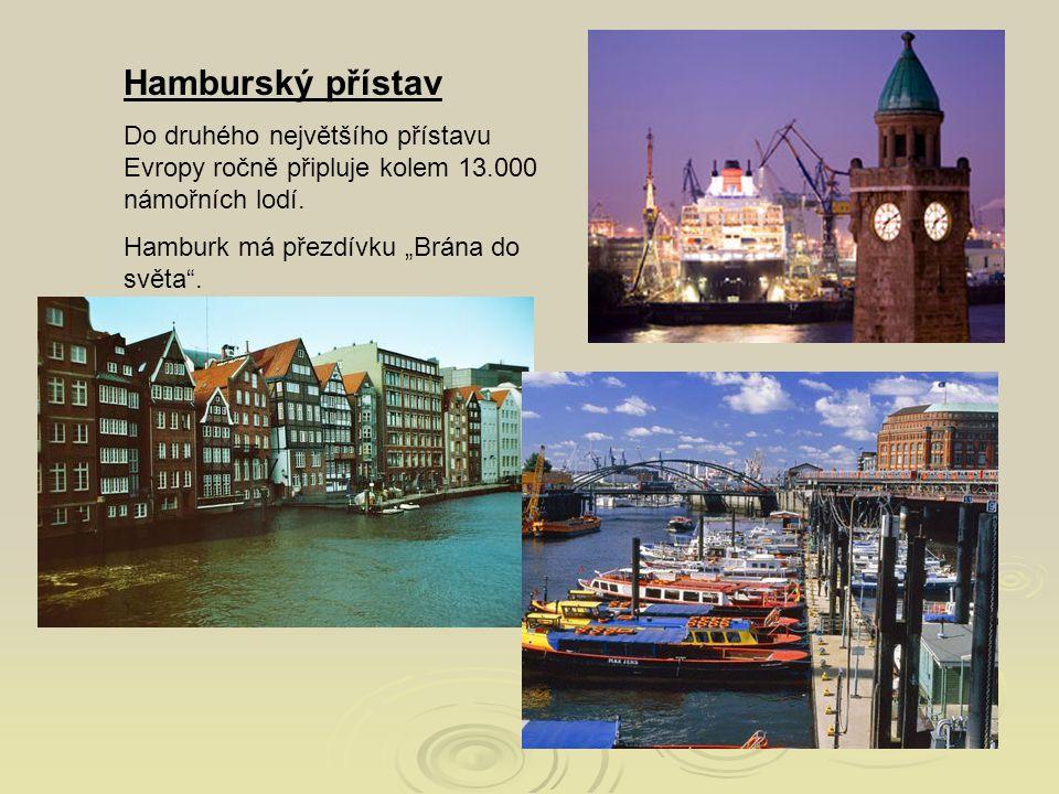"""Hamburský přístav Do druhého největšího přístavu Evropy ročně připluje kolem 13.000 námořních lodí. Hamburk má přezdívku """"Brána do světa""""."""
