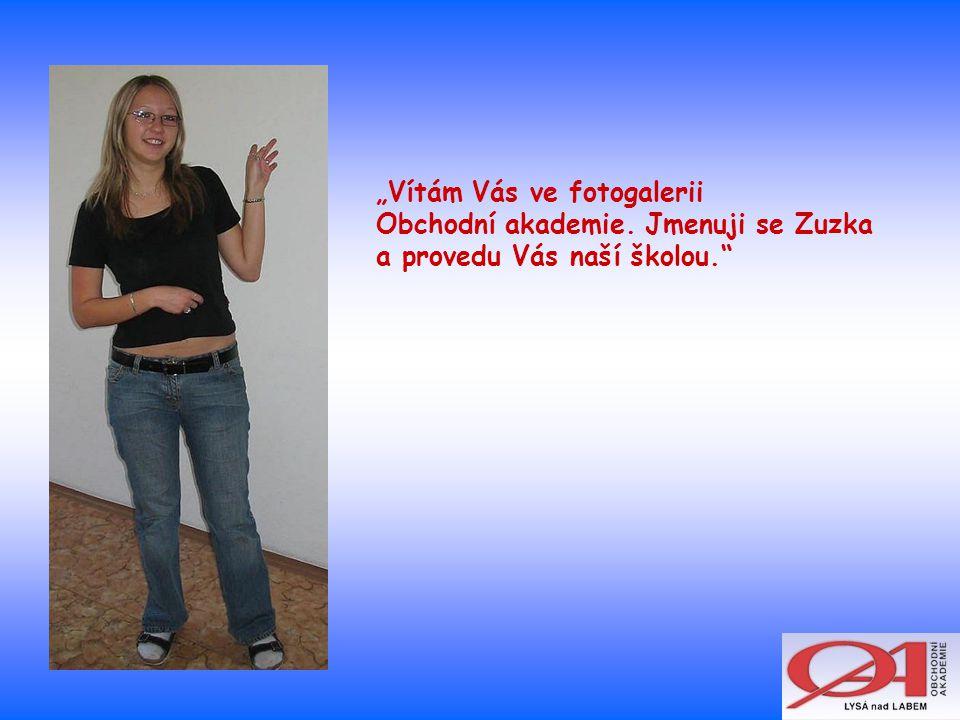 """""""Vítám Vás ve fotogalerii Obchodní akademie. Jmenuji se Zuzka a provedu Vás naší školou."""