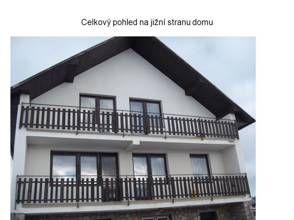 Jižní strana domu, podkroví : Balkónová sestava: dveře 90 x 210 cm + okno 90 x 150 cm – sestava vybavena žaluziemi