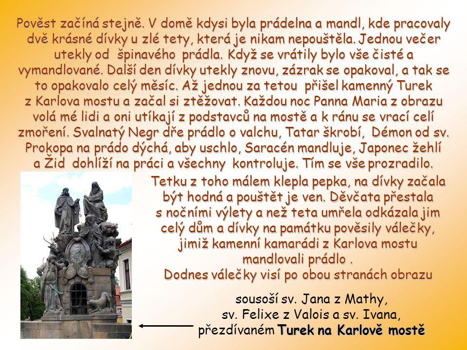 Domovní štít s balkonem, který má tepanou mříž, pod štítem okénko a pod ním starodávný obrazy Panny Marie, který sem prý přinesla voda Vltavy při jedn