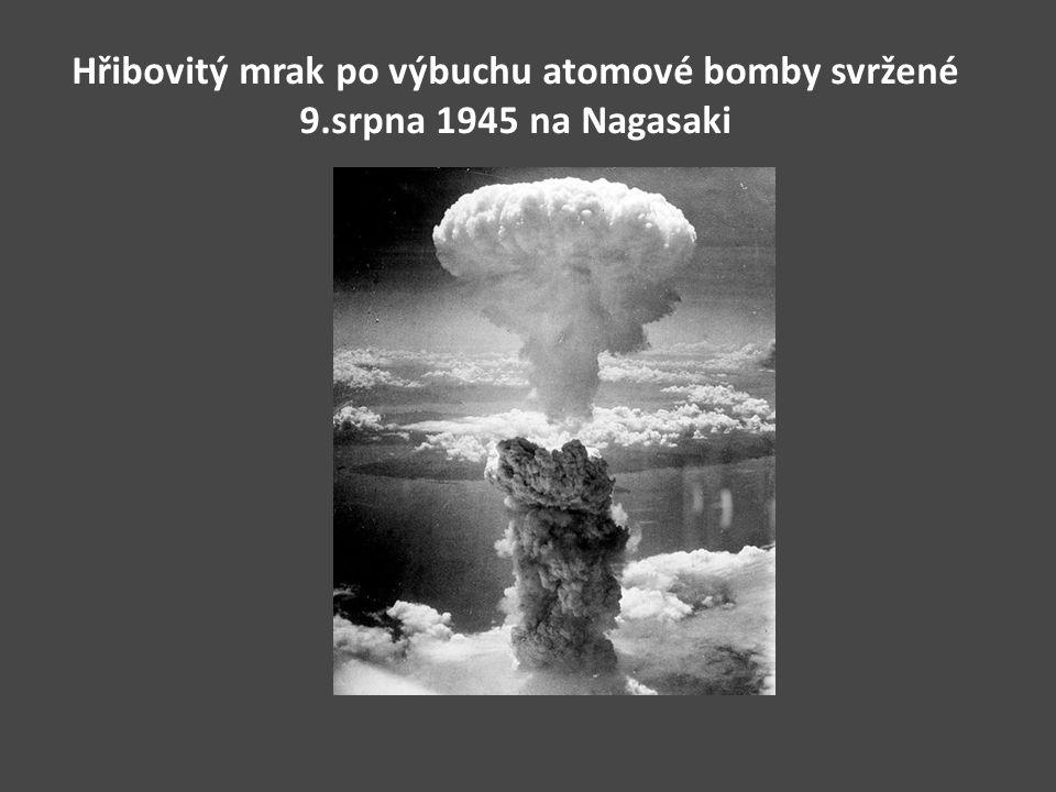 Hřibovitý mrak po výbuchu atomové bomby svržené 9.srpna 1945 na Nagasaki