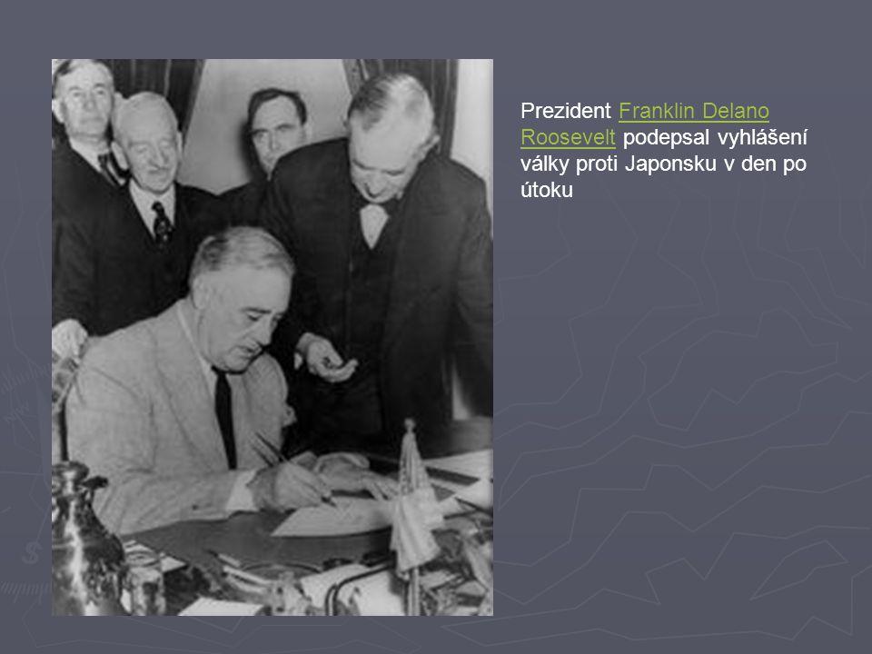 Prezident Franklin Delano Roosevelt podepsal vyhlášení války proti Japonsku v den po útokuFranklin Delano Roosevelt