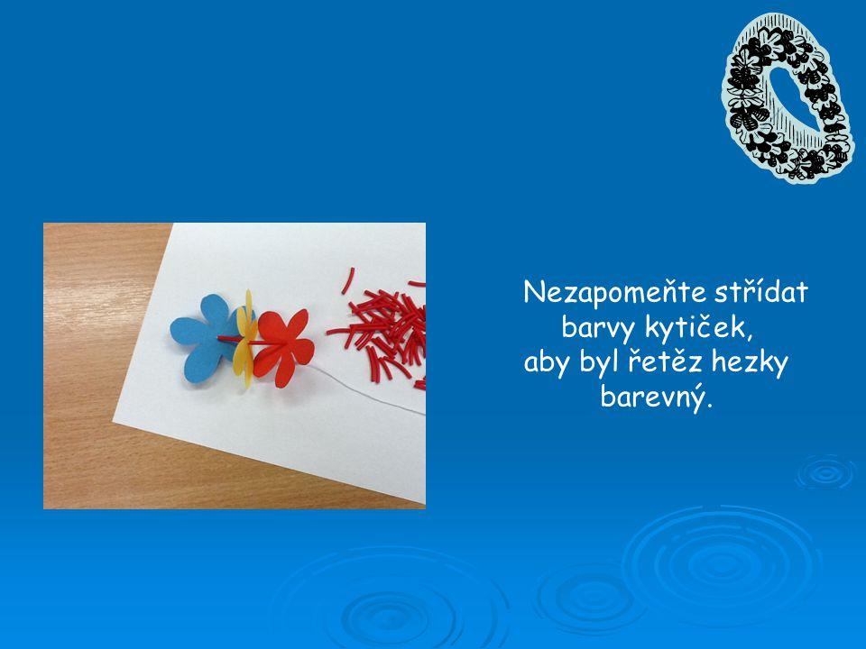 Nezapomeňte střídat barvy kytiček, aby byl řetěz hezky barevný.