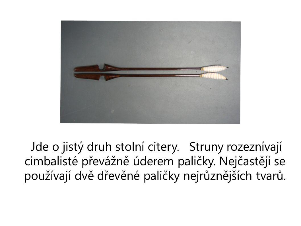 Jde o jistý druh stolní citery.Struny rozeznívají cimbalisté převážně úderem paličky.