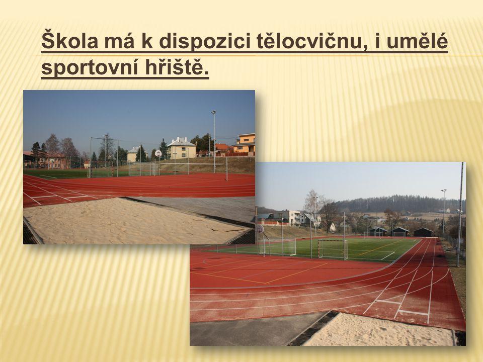 Škola má k dispozici tělocvičnu, i umělé sportovní hřiště.