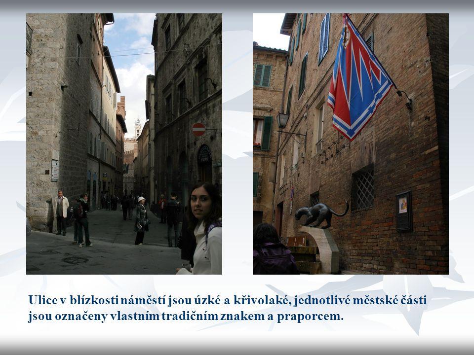 Ulice v blízkosti náměstí jsou úzké a křivolaké, jednotlivé městské části jsou označeny vlastním tradičním znakem a praporcem.