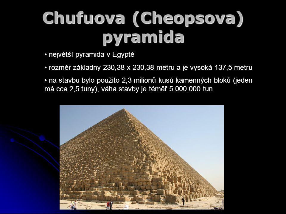 Chufuova (Cheopsova) pyramida největší pyramida v Egyptě rozměr základny 230,38 x 230,38 metru a je vysoká 137,5 metru na stavbu bylo použito 2,3 mili