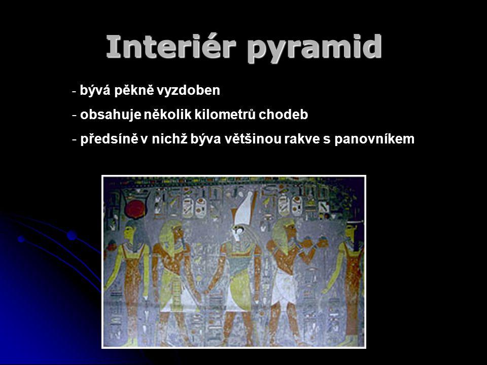 Interiér pyramid - b- bývá pěkně vyzdoben - obsahuje několik kilometrů chodeb - předsíně v nichž býva většinou rakve s panovníkem