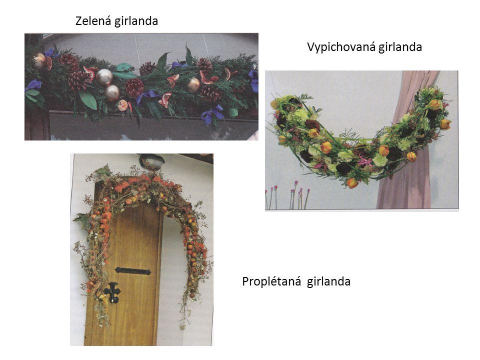 Ostatní adventní floristika  na balkonech a terasách  nejčastěji vyplněny chvojím, trvanlivým rostlinným materiálem  přizdobujeme šiškami, trvalými nebo umělými plody, jmelím, mašlemi, umělými květy vánočních hvězd Truhlíky
