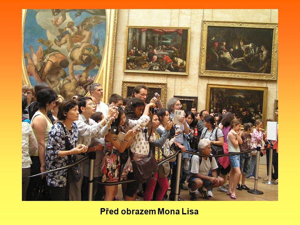 Před obrazem Mona Lisa