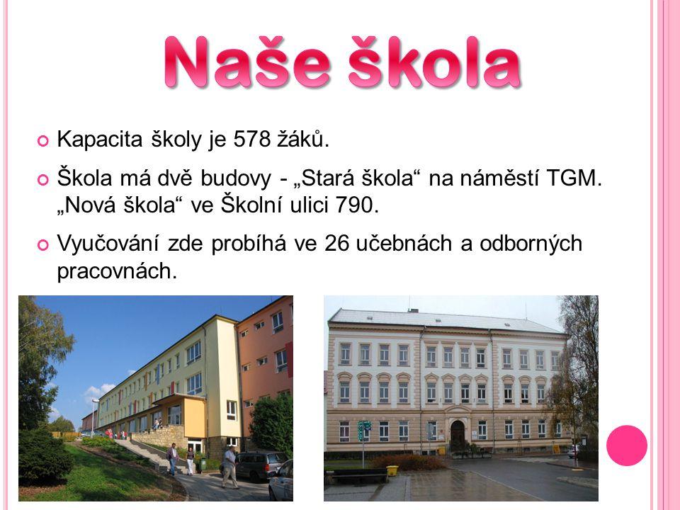 """Kapacita školy je 578 žáků.Škola má dvě budovy - """"Stará škola na náměstí TGM."""